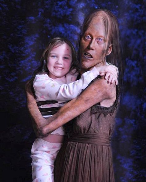 Mama (Javier Botet) and Lilly (Isabelle Nélisse)