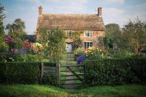 English cottage garden www. - English cottage garden www. English Country Cottages, Country Chic Cottage, Cute Cottage, English Cottage Exterior, Country Style, Country Decor, English Cottage Gardens, English Cottage Style, Top Country
