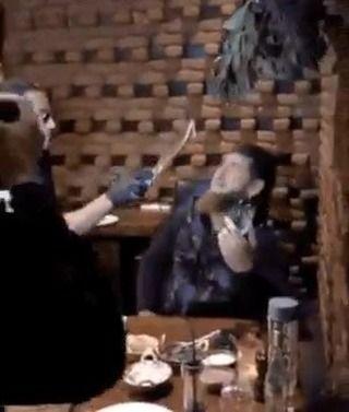 جريدة النهار الكويتية On Instagram الشيف التركي نصرت يطعم الرئيس الشيشاني بالسكين استضاف الشيف التركي الشهير ن صرت غوكشي الرئيس الشيشاني رمضان قديروف Concert