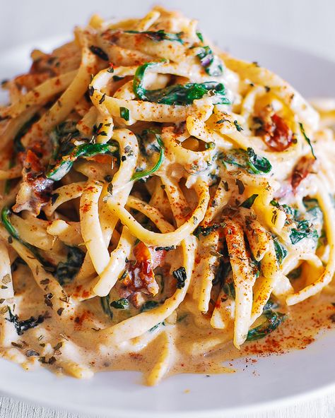 Linguine with Spinach and Sun-Dried Tomato Cream Sauce takes just 30 minutes to make! This simple Italian pasta is a great choice for a weeknight dinner! Linguine is generously coated in a comforting creamy sauce made with Vegetarian Recipes, Cooking Recipes, Healthy Recipes, Meatless Pasta Recipes, Pasta Recipies, Vegetarian Dinners, Cooking Tips, Tomato Linguine, Seafood Linguine