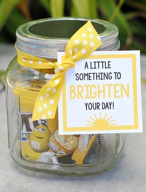 Cheer Up Gifts-This cute brighten your day gift idea is so simple and so fun! Fill a jar or gift basket with all sorts of yellow things and add this cute brighten your day tag to really cheer up a friend! gifts Cheer up Gifts: Brighten Your Day Gift Idea Office Christmas Presents, Christmas Gifts For Your Boss, Thoughtful Christmas Gifts, Gifts For Office, Gifts For Boss, Christmas Diy, Cheap Gifts For Coworkers, Christmas Baskets, Holiday Gifts