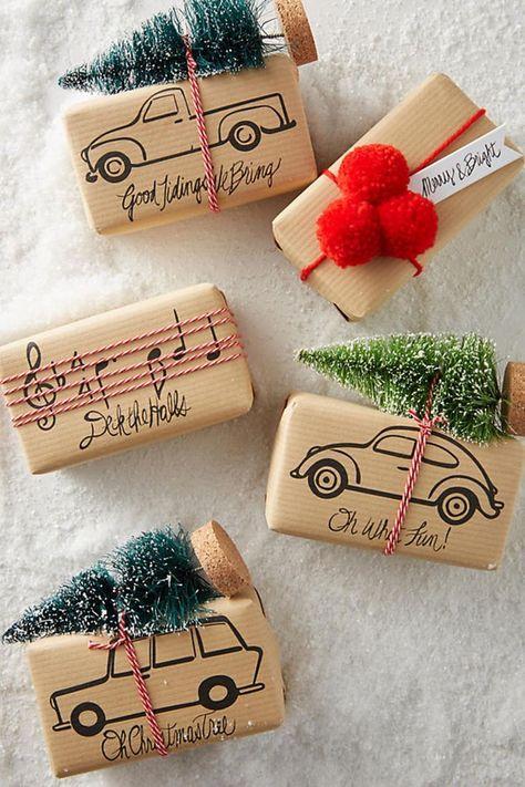 Supersüße Idee für kleine Weihnachtsgeschenke. Kleine Geschenke einfach in Streichholzschachteln packen und ganz liebevoll verzieren mit Packpapier, Pompons und kleinen Miniatur-Tannen