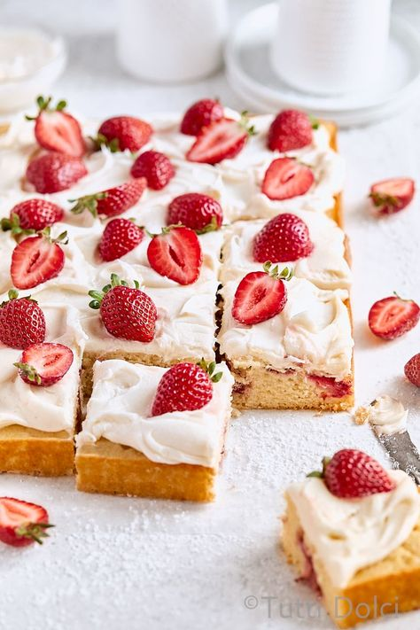 Strawberry Sheet Cakes, Strawberry Recipes, Raspberry Cake, Strawberry Sauce, Köstliche Desserts, Delicious Desserts, Dessert Recipes, Easter Recipes, Food Cakes