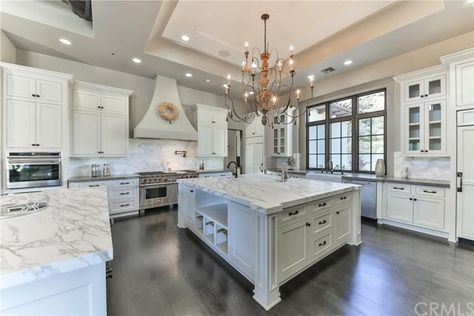 No One Wants to Buy Britney Spears's Sprawling Mansion The amazing kitchen is a home chef's fantasy with its top-line appliances, white cabinetry, and sleek marble countertops. Grand Kitchen, Home, Mansion Kitchen, Cool Kitchens, Luxury Kitchens, Sweet Home, Celebrity Kitchens, Kitchen Marble, Celebrity Houses