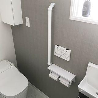 広くはないけど好きなトイレ クロスが地味にチェックなのです 展示場の真似なんですけどね 笑 入居の時にペーパーホルダーとトイレのリモコン の位置聞かれて決めるんだけど 結構悩みました 子供届くかな とか 結局旦那さんに任せました 笑 2枚目 我が家も