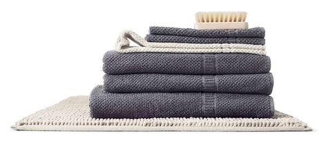 grijze ikea frjen badhanddoeken en witte toftbo badmat