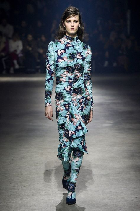 Kenzo Fall 2018 Ready-to-Wear collection, runway looks, beauty, models, and reviews.