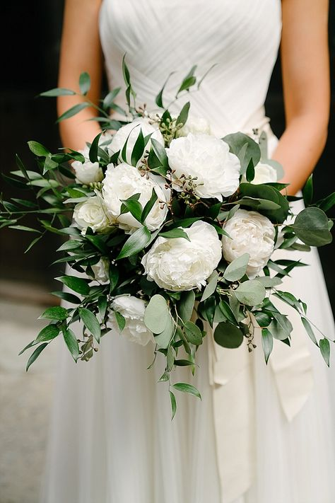 Kate and Andrew's Green White and Gold Elegant and Minimal New York Wedding White Peonies Bouquet, Peony Bouquet Wedding, White Wedding Bouquets, Floral Wedding, White Flowers, Green And White Wedding Flowers, Green Bouquets, Pink Bouquet, Style