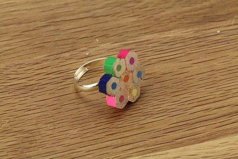 DIY - Fabriquer une bague originale avec des morceaux de crayons de couleur recyclés / Make a ring from upcycled coloured pencils pieces