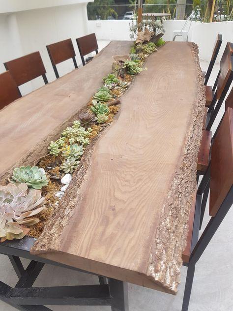 Une splendide table à manger en bois naturel avec végétation ...