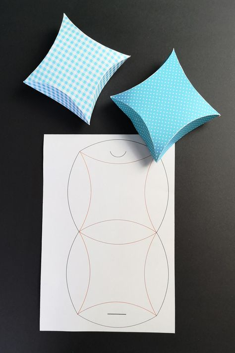 Gift wrapping in star shape tinker [Plotterfreebie Pillow box] kugelig.com