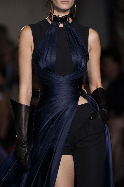 dustrial-inc: runwayandcouture: Atelier Versace Haute Couture Fall 2014 I love everything thats happening here. dustrial-inc: runwayandcouture: Atelier Versace Haute Couture Fall 2014 I love everything thats happening here. Couture Week, Style Haute Couture, Couture Details, Couture Fashion, Runway Fashion, Fashion 2014, Atelier Versace, Gianni Versace, Dark Fashion