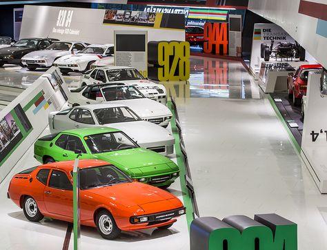 """Muzeum Porsche składa hołd z okazji 40-lecia modeli transaxle. Z jednej strony to idealne samochody sportowe, z drugiej – kolejne w historii Porsche odstępstwo od """"normy"""": modele transaxle.  W 1976 roku producent z Zuffenhausen wszedł na zupełnie nowe terytorium i wprowadził pierwszy pojazd z układem napędowym w konfiguracji transaxle – typ 924. Silnik zamontowano w nim z przodu, podczas gdy skrzynię biegów – z tyłu... #porsche #classic"""