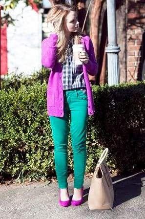 緑・グリーンパンツと紫カーディガンとパンプス着こなしコーデ