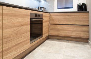 Niebanalna Nowoczesna Aranzacja W Niewielkiej Typowej Kuchni W Bloku Z Wielkiej Plyty Ze Wzgledu Na Uklad Pomieszczenia Szafki Zost Home Kitchen Home Decor
