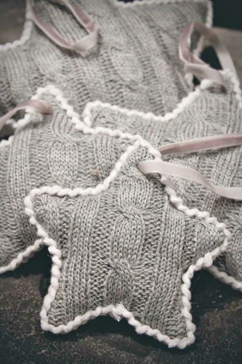 Old clothes will be the cheapest material to make easy home decor at home. When you have a lot of old clothes like T-Shirt or sweater, you can change them into something pretty as home decoration. Knitted Christmas Decorations, Diy Christmas Ornaments, Christmas Projects, Holiday Crafts, Ornaments Ideas, Christmas Star, Christmas Stuffing, Burlap Ornaments, Homemade Ornaments