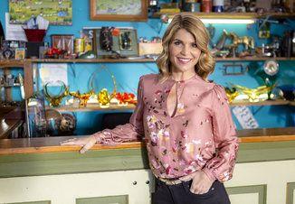 Get The Scoop Jennifer Shannon Garage Sale Mysteries Garage Sale Mystery Garage Sale Mystery Movies