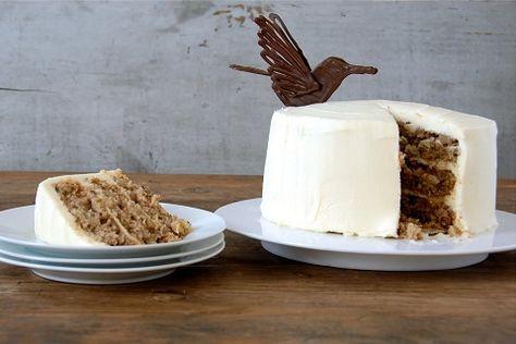 Hummingbird Cake o sea pastel del Colibri.Este pastel lleva pure de platano,piña,nueces pacanas,canela en polvo y con cubierta de queso crema.