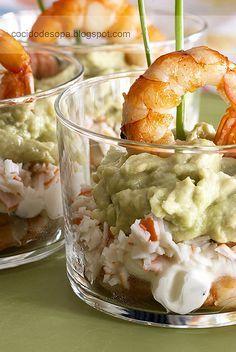 Vasitos de cangrejo, gambas, aguacate y queso.