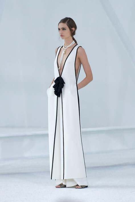 Paris Fashion, Runway Fashion, Spring Fashion, Fashion Outfits, Womens Fashion, Chanel Vestidos, Black White Fashion, Haute Couture Fashion, Fashion Images