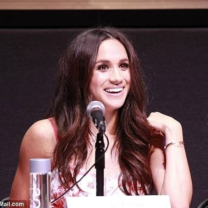 Tudor Lover On Instagram Meghan Smiled And Waved To Fans As She Took To The Stage For A Script Reading At The Pa In 2020 Smile And Wave Paramount Theater Paramount
