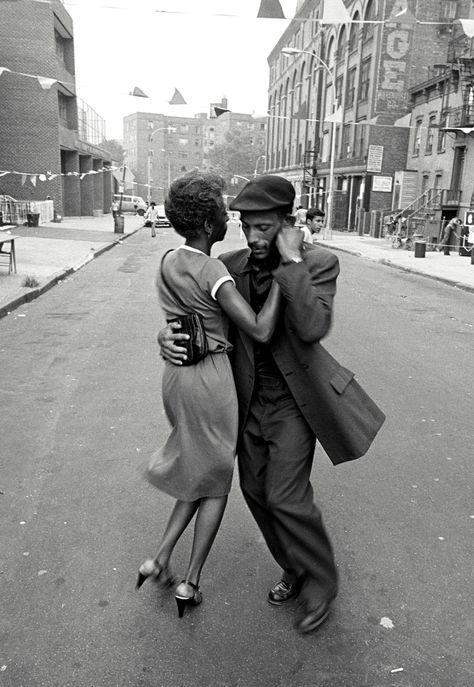 """David Gonzalez, """"Dancers in Mott Haven"""", The Bronx, agosto 1956. www.theprintlife.com"""