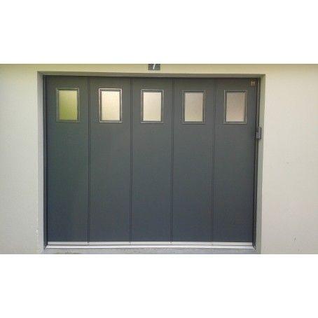 Porte De Garage Laterale Avec Hublots De Forme Rectangulaires Et Rainures L Teinte Gris Porte Garage Porte De Garage Sectionnelle Garage