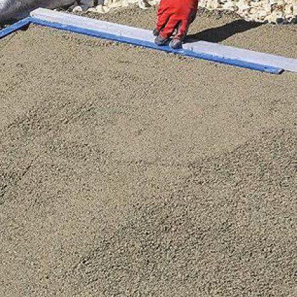 Construire Une Terrasse Avec Des Dalles En Pierre Reconstituee En 2020 Dallage Pierre Terrasse Carrelee Dalles