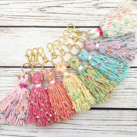 """The Original Pink Cupcake Yarn Tassel © Buy or Cry! Say goodbye to the Original Cupcake Tassels! Available in nine different colors and with or without a silver or gold keychain. You can find them all in the """"Original Cupcake Tassels"""" section in my shop. Keychain Diy, Tassel Keychain, Tassel Necklace, Tassel Jewelry, Keychains, Diy Jewelry, Cupcakes Rosa, Pink Cupcakes, Valentine Cupcakes"""