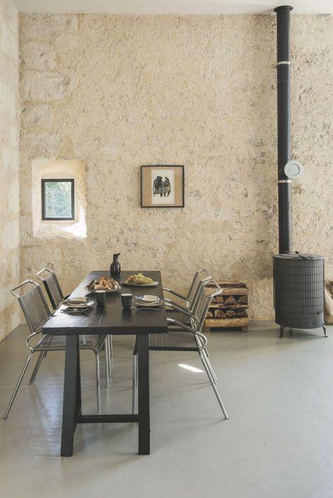 Mur En Pierres Beton Cire Table En Bois Noire Chaises Tressees