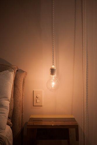 ベッドボードの高さに合わせて天井から吊るしたペンダントライト 調光