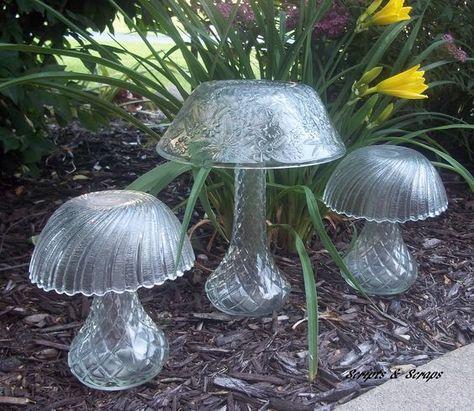 Glass garden mushrooms made from bowls and vases. repurpose garden art - Diy for Houses Garden Mushrooms, Glass Mushrooms, Diy Vintage, Vintage Garden Decor, Vintage Vases, Vintage Gardening, Vintage Crafts, Garden Crafts, Garden Projects
