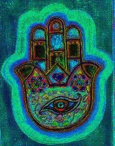 """Die Schutzhand ist eines der bekanntesten heidnischen Amulette des orientalischen Raumes, da es vor allem vom Islam als """"Hand der Fatima"""" vereinnahmt wurde und somit nicht ausgelöscht werden konnte. Der arabische Name """"Hamsa"""" heißt übersetzt """"fünf"""" und steht wohl für die Finger und die mit der Zahl verbundenen numerologischen Bedeutungen. Mehr lesen: http://nebel-all-raunen.blogspot.de/2012/02/magische-amulette-schutzhandhamsa.html"""