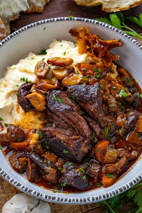 French Style Braised Short Ribs - A French style slow braised short ribs in a tasty sauce! Meat Recipes, Cooker Recipes, Dinner Recipes, Healthy Recipes, Short Rib Recipes Crockpot, Comfort Food Recipes, Crowd Recipes, Pot Roast Recipes, Dinner Menu
