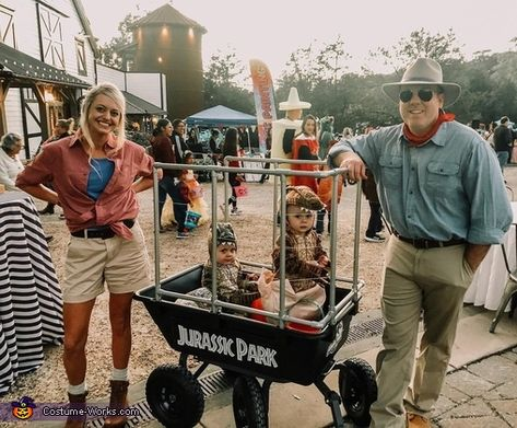 My daughter Jami, fiancé Wes and their 2 sons Weston and Colton are dressed like a scene from Jurassic Park. Every year her costumes are amazing but this is definitely one of my favorites. Dinosaur Halloween Costume, Cute Couple Halloween Costumes, Twin Halloween, Baby First Halloween, Halloween Costume Contest, Halloween Outfits, Group Halloween, Halloween Ideas, Family Costumes For 3