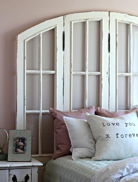 volets de fenetres blancs recyclés en blanc, linge de lit blanc avec  coussins décoratifs rose, table de nuit vintage 4e56cc55f2f4