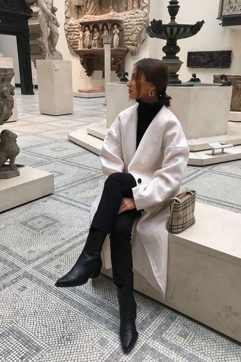 Tous les conseils pour bien choisir ton manteau et comment le porter avec style ! Tous les conseils & idées de tenues sont dans cet article ! #tenuefemme40ans #blogmodefemme40ans #tenuestylée #élégante #manteaublanc #pantalonnoir #bottesnoires #Pullnoir