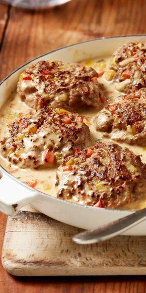 Die Kombination aus Hackfleisch, Paprika, Zwiebeln und Parmesan lässt die Herzen höher schlagen. Diese Schlemmer-Frikadellen sind einfach unwiderstehlich lecker! #herzhaft #herzhaftegerichte #fleisch