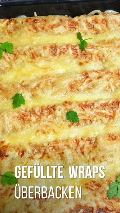 Überbackene Wraps aus dem Ofen mit Hähnchen und Gemüse sind einfach klasse. Perfekt für die schnelle Feierabendküche und für alle Kochanfänger bestens geeignet. Die Röllchen werden mit der Gemüse-Hähnchen-Füllung in einer Soße und mit Käse überbacken und sind in wenigen Minuten fertig zum Genießen. #wraps #ofengericht #überbacken #kinderessen #schnell #rezepte #einfach #lydiasfoodblog #tortillas