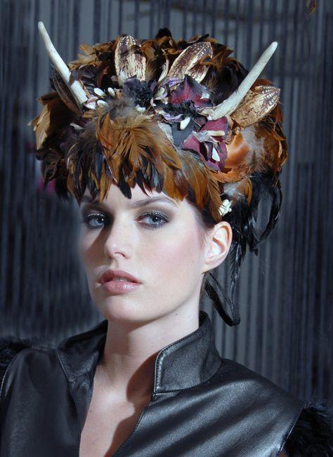 Couture hoofdtooi 'ISIS' rijkelijk versierd met veren, hertengewei, gedroogde fruitsoorten uit de pacific, bloemen en schelpen.. €495,00, via Etsy.