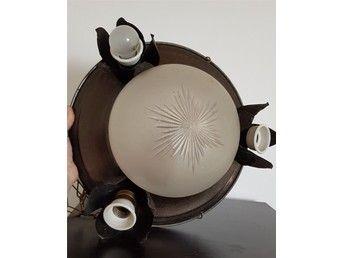 Antik taklampa en lampa i mitten och 3 som ligger i