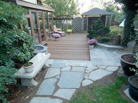 Kiesbeete, Holzdeck und eine Mauer als Sichtschutz und Lärmschutz - terrassen bau tipps tricks
