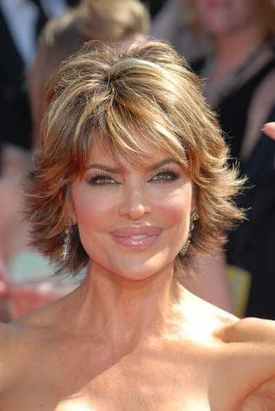Layered Hairstyle For Thick Hair Side View Of Lisa Rinna S Hairstyle Pretty Designs Short Thin Hair Hair Styles Short Hair With Layers