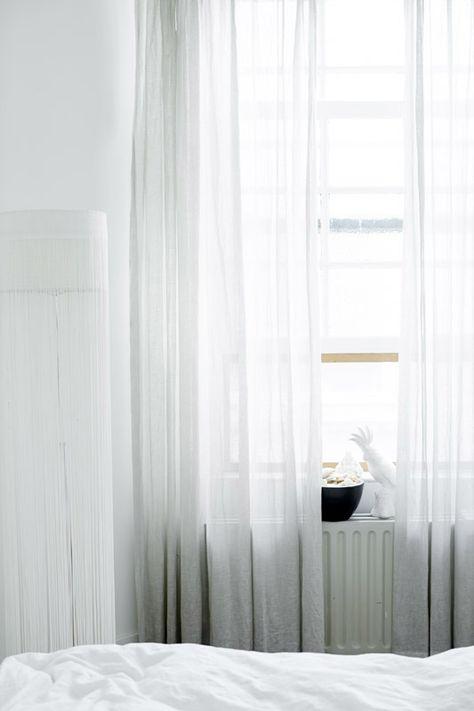 KARWEI | Het hoge plafond leent zich bij uitstek voor lange, witte gordijnen #binnenkijker #ideevankarwei #karwei