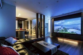 2階のldkはテレビの前に大きなスクリーンを出すことができるご夫婦
