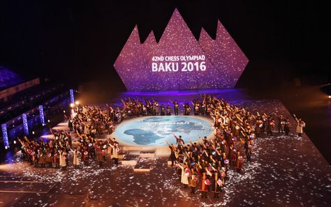 La cérémonie d'ouverture de la 42e Olympiade d'échecs se tient dans l'Arène nationale de Gymnastique à Bakou. Le président de la République Ilham Aliyev, son épouse Mehriban Aliyeva et les membres de la famille présidentielle