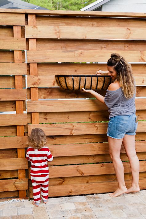 DIY Horizontal Slat Fence and Backyard Makeover. Create a stunning backdrop for … DIY Horizontal Slat Fence and Backyard Makeover. Create a stunning backdrop for your yard with these DIY privacy fence panels. Pergola Diy, Backyard Privacy, Backyard Fences, Backyard Projects, Backyard Landscaping, Privacy Screen Outdoor, Garden Fences, Landscaping Ideas, Privacy Fence Landscaping