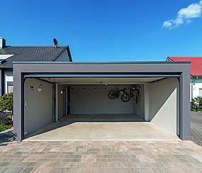 Viel Platz Fur Auto Und Zubehor In Der Grossen Garage Fertiggaragen Garage Doppelgarage