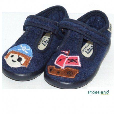 8b411c141 Zapatillas de andar por casa para niños aventureros en tejido de verano  azul marino con estampado de piratas y cierre de velcro de la marca  española Zapy ...