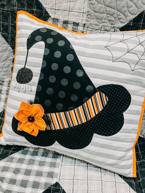 Can I get a HOO-RAY for the weekend? It's Fri-YAY demo time! Learn how to make a dimensional flower with Cindy to achieve the perfect ruffled stitch! Use this fun technique to embellish any project and take your sewing to the next level! Halloween Pillows, Halloween Quilts, Halloween Crafts, Halloween Decorations, Halloween Sewing Projects, Fall Pillows, Diy Pillows, Halloween Quilt Patterns, Manualidades Halloween